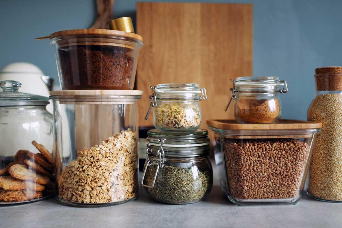 Unverpackte Lebensmittel in Vorratsgläsern